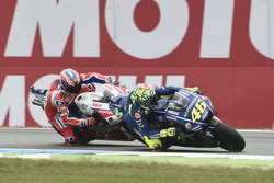 Valentino Rossi, Yamaha Factory Racing, supera a Danilo Petrucci, Pramac Racing