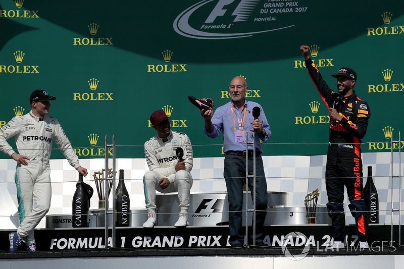 Patrick Stewart, celebra y bebe de la bota de Daniel Ricciardo, Red Bull Racing junto al ganador, Lewis Hamilton, Mercedes AMG F1 y Valtteri Bottas, Mercedes AMG F1 en el podium.