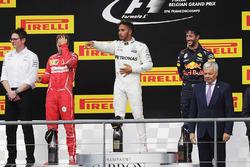 Podium: 1. Lewis Hamilton, Mercedes AMG, 2. Sebastian Vettel, Ferrari, 3. Daniel Ricciardo, Red Bull Racing und Andrew Shovlin, Chefrenningenieur, Mercedes AMG