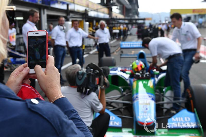 Sabine Kehm, se toma una foto con Mick Schumacher, Benetton B194