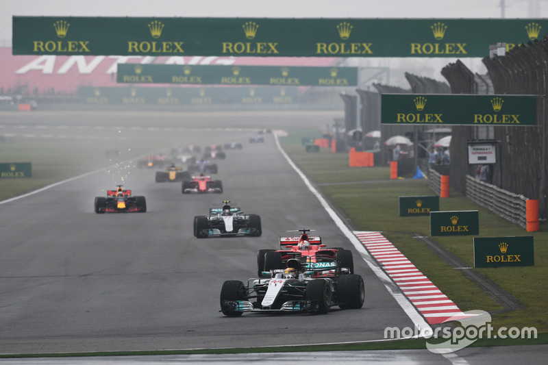 Start action, Lewis Hamilton, Mercedes AMG F1 W08 leads
