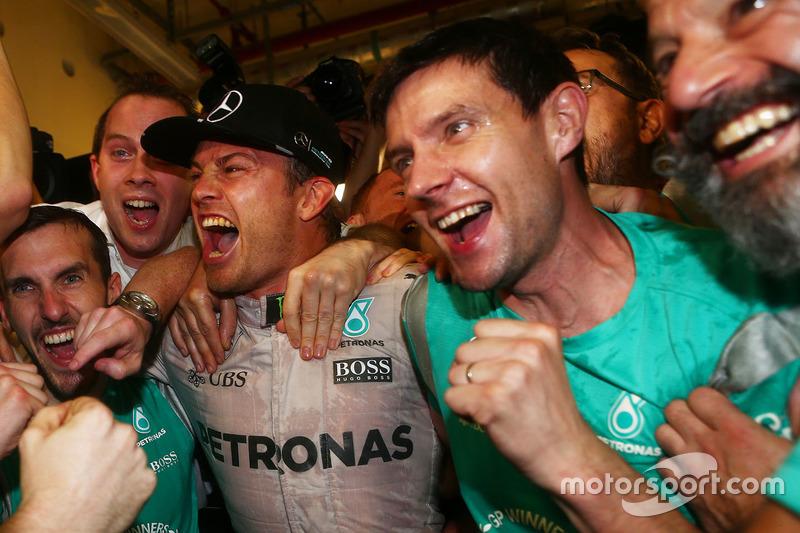 Nico Rosberg, Mercedes AMG Petronas F1 celebra ganando el Campeonato del mundo con sus amigos y equipo