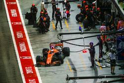 Stoffel Vandoorne, McLaren MCL32, quitte son stand