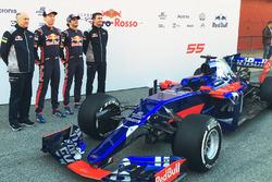 Франц Тост, руководитель Scuderia Toro Rosso; Даниил Квят, Scuderia Toro Rosso; Карлос Сайнс, Scuderia Toro Rosso; Джеймс Ки, технический директор Scuderia Toro Rosso