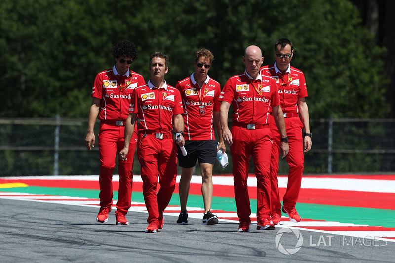 Себастьян Феттель, старший инженер Ferrari Джок Клиа и сотрудники команды