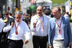 Chase Carey, Director Ejecutivo y Presidente Ejecutivo de Formula One Group, Bruno Michel, y Sean Bratches, Formula One director comercial