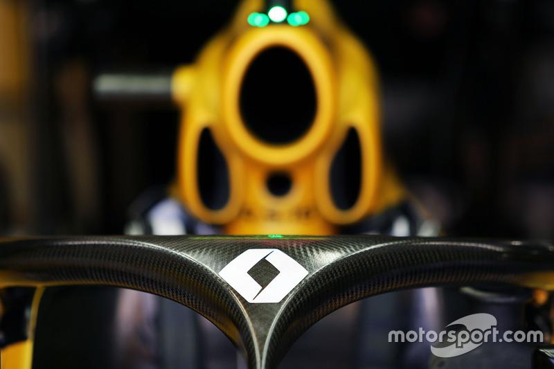 Renault Sport F1 Team RS16 з встановленим захистом кокпіту Halo