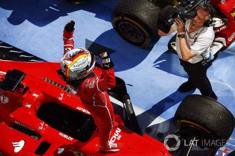 Sebastian Vettel, Ferrari, se filma celebrando ls victoria en parc ferme