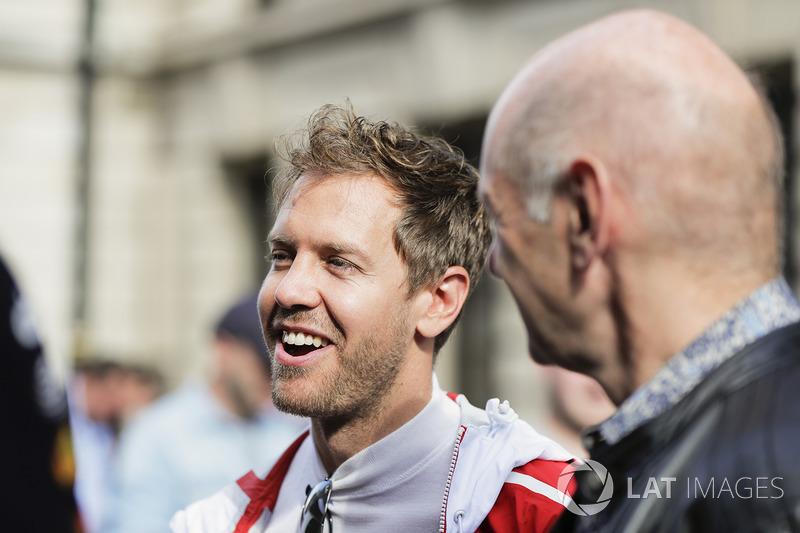 Себастьян Феттель (Ferrari) та технічний директор Red Bull Racing Едріан Ньюі