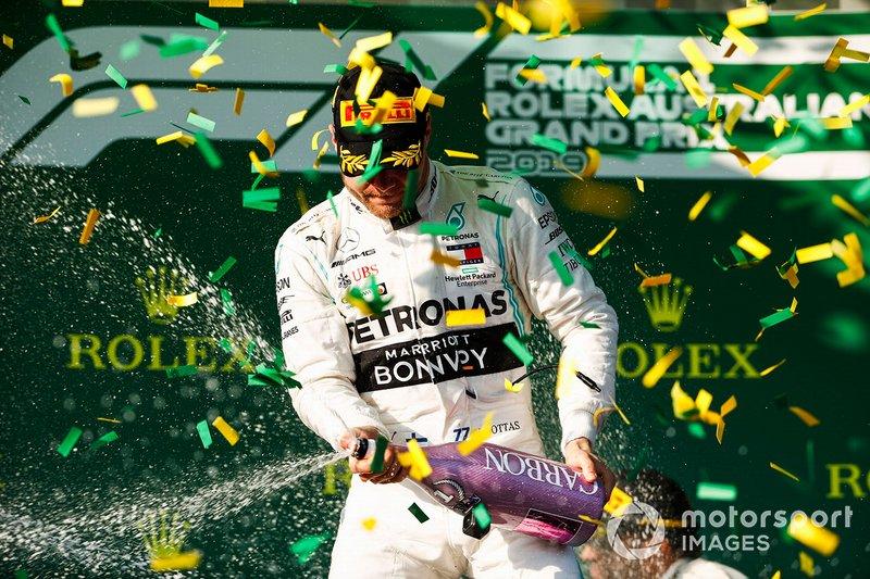 Valtteri Bottas, Mercedes AMG F1 fête sa victoire sur le podium avec du champagne