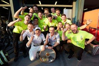 Valtteri Bottas, Mercedes AMG F1, 1er lugar, celebra con su equipo y trofeo