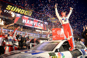 Kevin Harvick, Stewart-Haas Racing, Ford Fusion Mobil 1, celebrates in Victory Lane