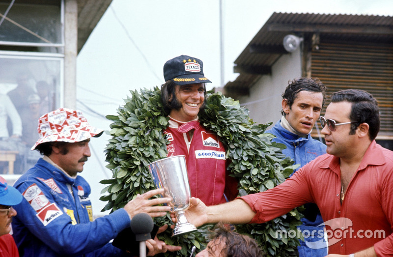 1974. Інтерлагос. Подіум: 1. Емерсон Фіттіпальді, McLaren Ford Cosworth. 2. Клей Регаццоні, Ferrari. 3. Жакі Ікс, Lotus Ford Cosworth