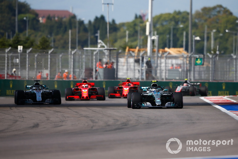 Valtteri Bottas, Mercedes AMG F1 W09, Lewis Hamilton, Mercedes AMG F1 W09, Sebastian Vettel, Ferrari SF71H, y Kimi Raikkonen, Ferrari SF71H