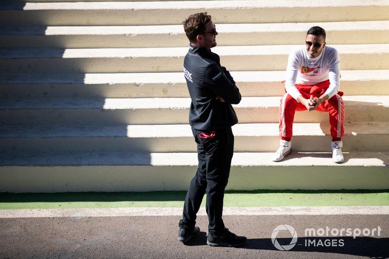 Antonio Fuoco, GEOX Dragon Racing, Penske EV-3 habla con un compañero del equipo Dragon