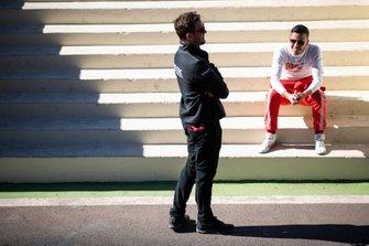 Antonio Fuoco, GEOX Dragon Racing, Penske EV-3 parle à un membre de l'équipe