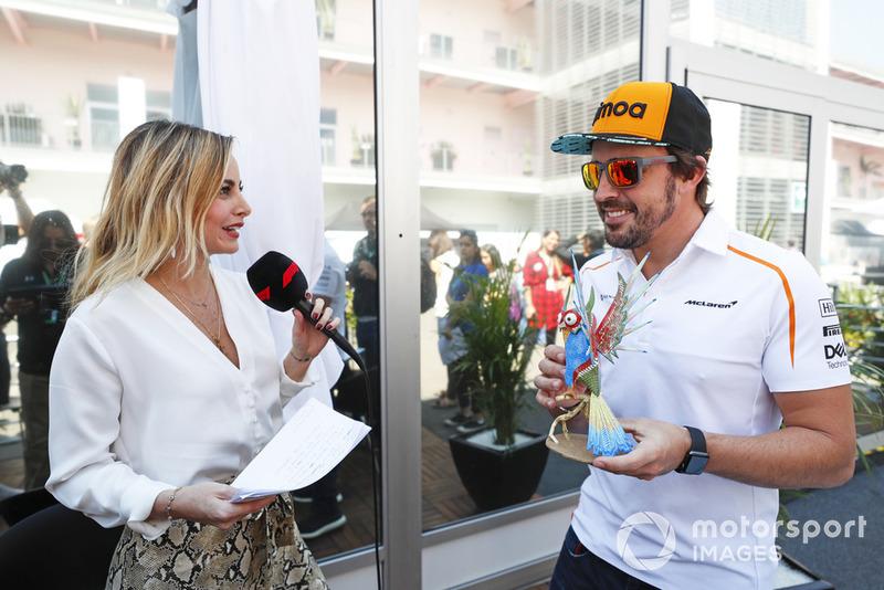 Fernando Alonso, McLaren, con su alebrije