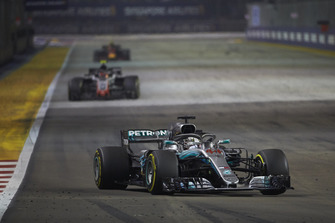 Lewis Hamilton, Mercedes AMG F1 W09 EQ Power+, devant Kevin Magnussen, Haas F1 Team VF-18, et Max Verstappen, Red Bull Racing RB14