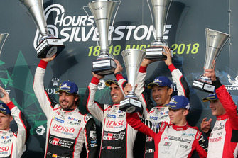 Podio: los ganadores de la carrera #8 Toyota Gazoo Racing Toyota TS050: Sebastien Buemi, Kazuki Nakajima, Fernando Alonso