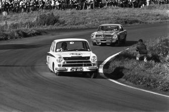 Jim Clark, Lotus Cortina, precede Jack Brabham, Ford Mustang