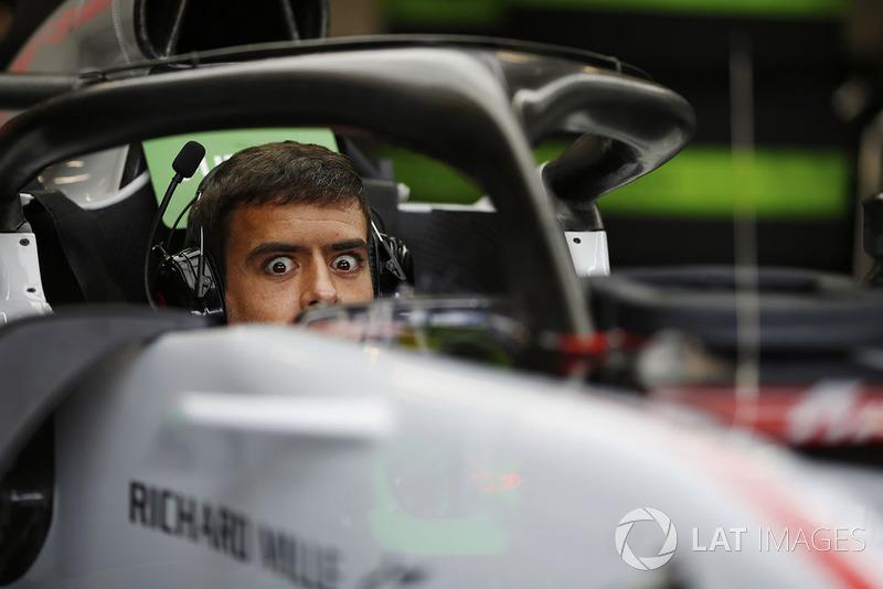 Un mecánico de Haas sentado en la cabina de un Haas F1 Team VF-18