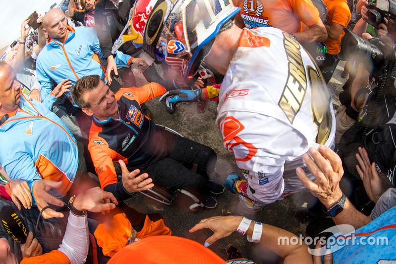 Herlings valt KTM Motorsport-baas Pit Beirer in de armen.