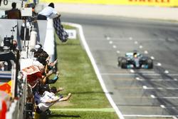 Lewis Hamilton, Mercedes AMG F1 W08, passe sous le drapeau à damier