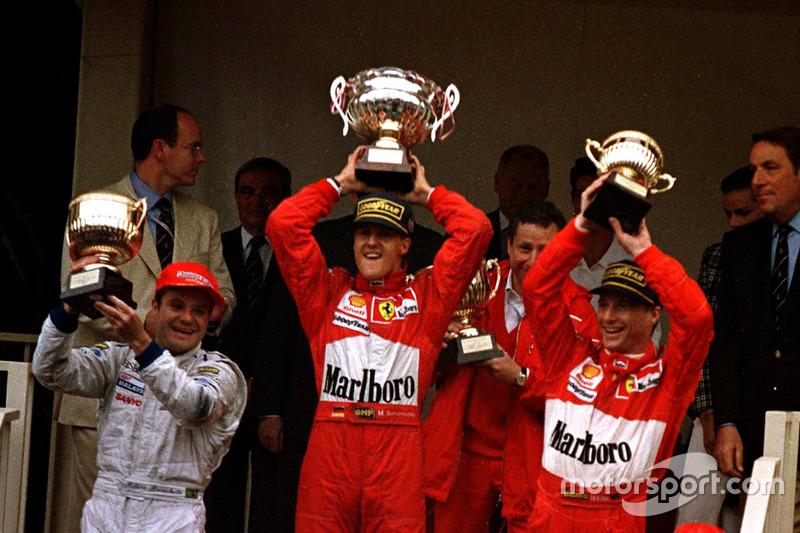 Podio: ganador de la carrera Michael Schumacher, Ferrari F310B; segundo lugar de Rubens Barrichello,