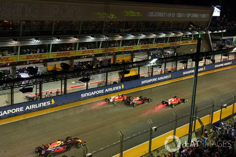 Sebastian Vettel, Ferrari SF70H, Max Verstappen, Red Bull Racing RB13 y Kimi Raikkonen, Ferrari SF70H al inicio antes del choque