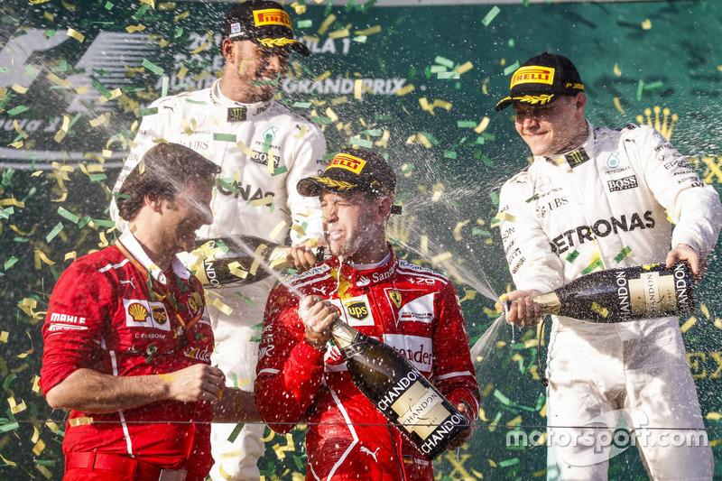 Sebastian Vettel, Ferrari, Lewis Hamilton, Mercedes AMG, Valtteri Bottas, Mercedes AMG y Luigi Fraboni, Ferrari, celebran con Champagne en el podium