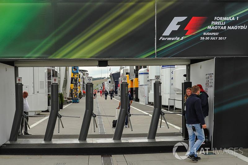 Eingang zum Fahrerlager