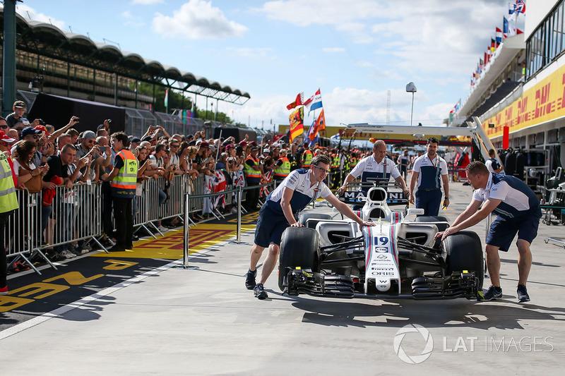 Mecánicos de Williams con el Williams FW40