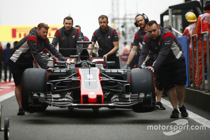 Haas F1 Team engineers move the car of Romain Grosjean, Haas F1 Team VF-17