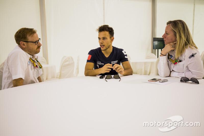 Luca Ghiotto (RUSSIAN TIME) répond aux questions de David Cameron, attaché de presse FIA F2, et d'Alexa Quintin, directrice de communication FIA F2