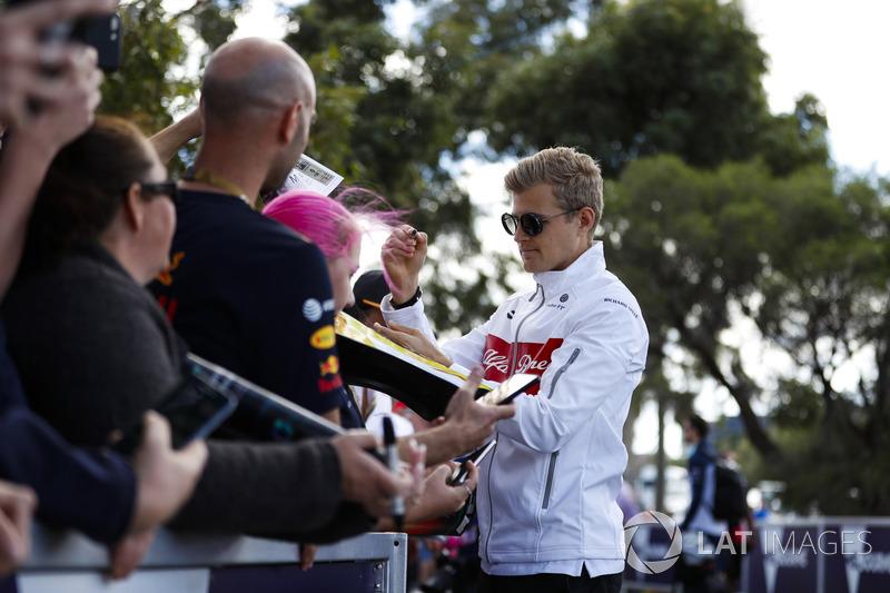 Marcus Ericsson, Sauber, signs autographs for fans