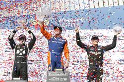 Il vincitore Scott Dixon, Chip Ganassi Racing Honda, il secondo classificato Simon Pagenaud, Team Penske Chevrolet, il terzo classificato Robert Wickens, Schmidt Peterson Motorsports Honda, festeggiano sul podio