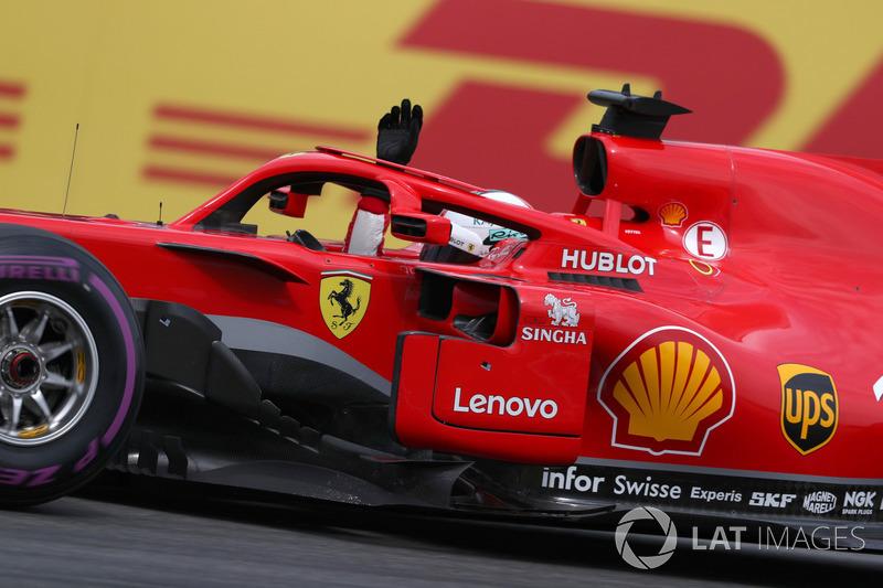 Sebastian Vettel, Ferrari SF71H celebra su pole position