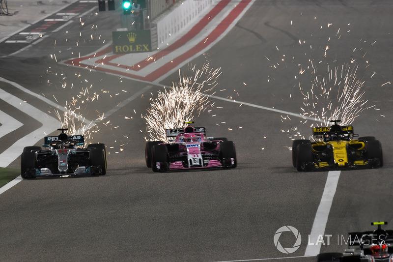 Lewis Hamilton, Mercedes-AMG F1 W09 EQ Power , Sergio Perez, Force India VJM11 and Nico Hulkenberg, Renault Sport F1 Team R.S. 18 battle