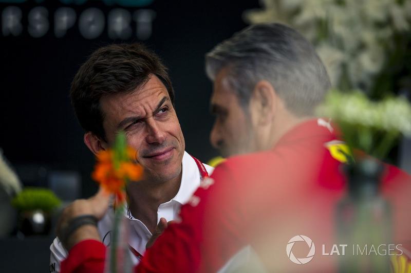 Руководитель Mercedes AMG F1 Тото Вольф и руководитель Ferrari Маурицио Арривабене