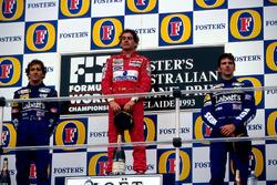 Подиум: второе место – Ален Прост, Williams, победитель гонки Айртон Сенна, McLaren, третье место – Деймон Хилл, Williams