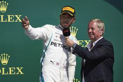 Lewis Hamilton, Mercedes AMG F1, viene intervistato da Martin Brundle, sul podio