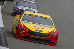 Joey Logano, Team Penske, Ford Fusion Shell Pennzoil and Clint Bowyer, Stewart-Haas Racing, Chevrolet Camaro Haas 30 Years of the VF1