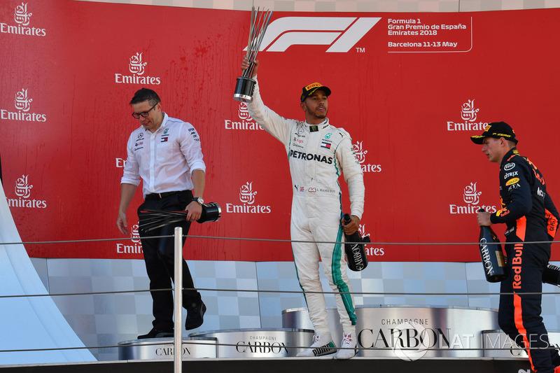 Гоночный инженер Mercedes AMG F1 Питер Боннингтон, пилот команды Льюис Хэмилтон и гонщик Red Bull Racing Макс Ферстаппен