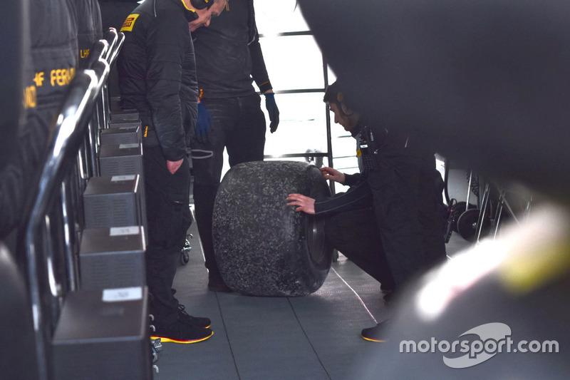 Pirelli mühendisleri ve McLaren mühendisleri, Fernando Alonso'nun arka lastiğini inceliyor