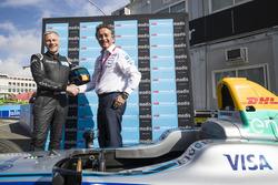 Alain Dehaze, CEO del Gruppo Adecco, stringe la mano ad Alejandro Agag, CEO e fondatore della Formula E