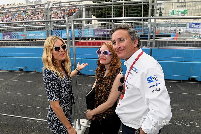 La actriz Sienna Miller con Alejandro Agag, CEO, Formula E