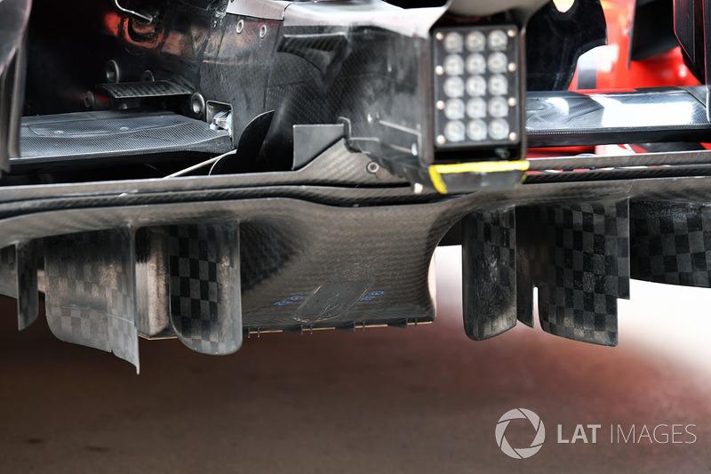 Um close do difusor da Ferrari