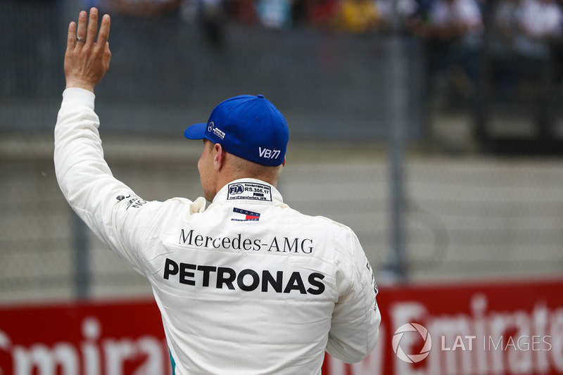 Ganador de la pole Valtteri Bottas, Mercedes AMG F1, sauda a los fans