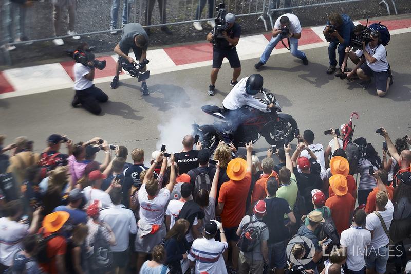 Lewis Hamilton, Mercedes AMG F1, con su moto