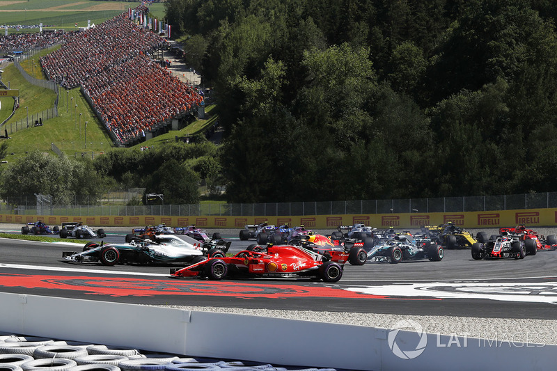 Lewis Hamilton, Mercedes-AMG F1 y Kimi Raikkonen, Ferrari SF71H